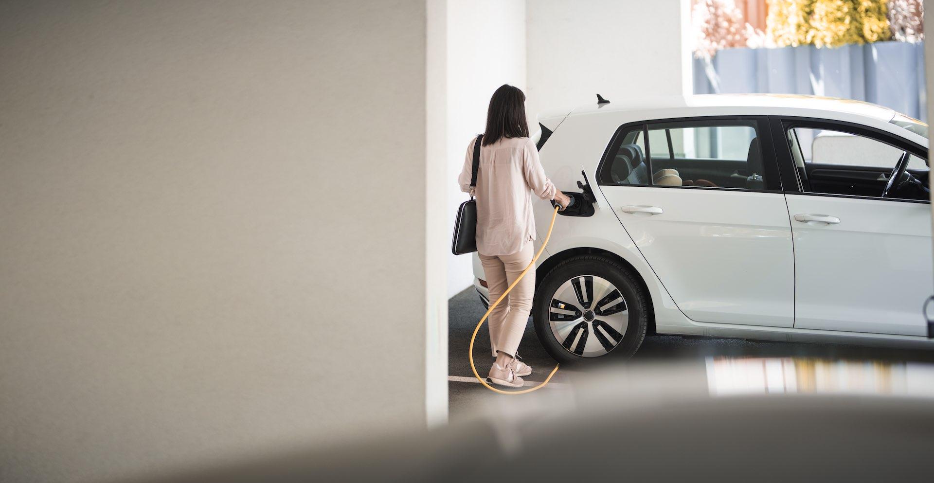Ladesäulen auf dem Parkplatz und in der Tiefgarage – wie kann die WEG in Sachen E-Mobilität auf- und nachrüsten? Ein Experten-Interview
